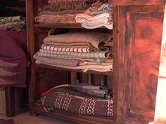 Prodotti della tradizione di montagna, filati e tessuti con le antiche tecniche. Una magia da toccare con mano a Campotosto - Abruzzo - Italt
