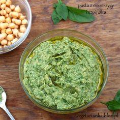 Dzisiaj  promocja, dwa przepisy :) Dwa z jednego! Szpinak i ciecierzyca, duet  idealny, kiedyś pisałam o quinoa, ciecierzycy i szpinaku ( k... Veggie Recipes, Guacamole, Hummus, Pesto, Healthy Lifestyle, Salads, Recipies, Veggies, Healthy Eating