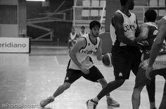 El aragonés #JavierMarín no ha tenido un buen día de cara al aro: 0/5 en tiros de campo. La carencia anotadora la ha suplido con defensa y pundonor: 2 rebotes, 4 recuperaciones y 4 faltas forzadas. 28 de septiembre de 2014. #Baloncesto #Basket #Alicante #AdeccoPlata #AmicsCastello #CBLucentum