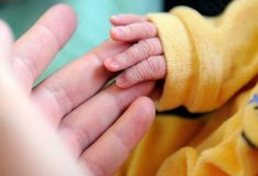 Um bebê nasceu na China quatro anos após a morte de seus pais, graças a um embrião fertilizado por eles e implantado em uma barriga de aluguel a pedido dos avós, informou a imprensa local.