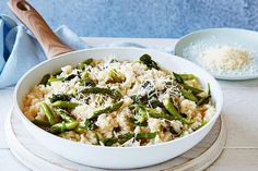 Curtis Stone's asparagus and spinach risotto, omitting oil and butter Veggie Recipes, New Recipes, Whole Food Recipes, Vegetarian Recipes, Healthy Recipes, Favorite Recipes, Spinach Risotto, Spinach Rice, Risotto Recipes