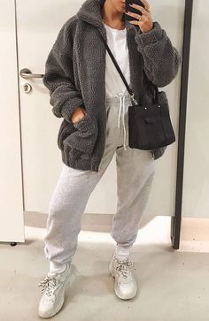 Grey coat sweatpants outfit dad sneakers outfit gray teddy coat grey legging outfit ideas you need to try legging outfit outfitideas Chill Outfits, Cute Casual Outfits, Mode Outfits, Everyday Casual Outfits, Sporty Outfits, Simple Outfits, Winter Fashion Outfits, Look Fashion, Lazy Winter Outfits