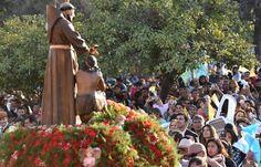 Juan Manuel Urtubey y su esposa Isabel Macedo, comenzaron en El Galpón las celebraciones en honor al patrono de ese municipio, San Francisco Solano. El mandatario fue recibido por el intendente comunal, Federico Sacca. Miles de devotos de El Galpón y peregrinos de El Tunal, Rosales, Lagunitas, La Puerta del Ripio, entre otras localidades, fueron acompañados por el Gobernador en la procesión y posterior misa que fue oficiada por el arzobispo de Salta, monseñor Mario Cargnello.