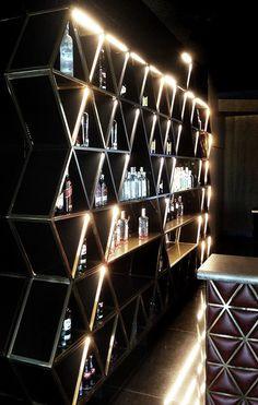 Botellero para la finca montesqueiro por mas·arquitectura #fincamontesqueiro  #metal #bar #botellero #triangulo #steel #triangle #luz #light #interiordesign #arquitectura #interiorismo