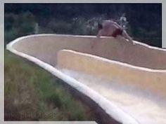 """Vídeo: Homem voa de toboágua e despenca em penhasco  O flagrante mostra o momento em que David desliza para fora do circuito e desaparece da vista.  Em um elaborado circuito de toboágua construída uma propriedade privada próxima a Austin no Texas David Salmon de Dallas não parecia estar desafiando o perigo nem muito menos testando os limites do projeto do escorregador. Ao contrário a câmera mostra claramente David tentando diminuir a velocidade com as mão antes de entrar em um """"S"""" projetdo…"""