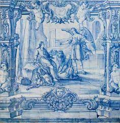 """Painel de azulejos monocromático, azul, de doze por catorze azulejos que representa o episódio da intercessão divina salvando o profeta Daniel. A composição desenvolve-se num cenário naturalista e de arquitecturas. À esquerda do observador vê-se Daniel sentado numa rocha, de mãos abertas, olhando o anjo de pé. As duas figuras são rodeadas por três leões. O enquadramento é feito através de uma arquitectura fingida, com pilastras, """"putti"""" e anjos que sustentam, na parte superior, uma cartela."""