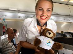 Der Urlaubär von ferienwohnungen.de hat im Flugzeug eine neue Freundin gefunden ...  #urlaubär #flugreise
