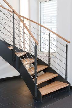 Stahlwangentreppe mit mitlaufendem Relinggeländer; Stufen und Handläufe in der Holzart Eiche