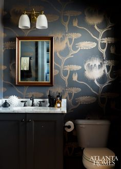 Papier peint dans les toilettes : Water Lily – Collection Frontier – Cole and S… Papier peint dans les toilettes : Water Lily – Collection Frontier – Cole and Son © Atlanta Homes and Lifestyles Powder Room Wallpaper, Cole And Son Wallpaper, Bathroom Wallpaper, Lily Wallpaper, Dark Wallpaper, Atlanta Homes, Beautiful Bathrooms, White Bathrooms, Luxury Bathrooms