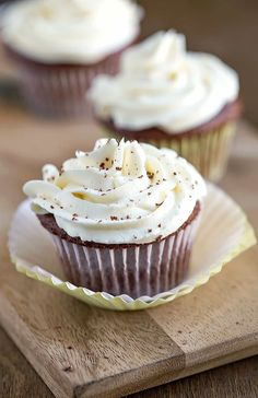 Whipped Buttercream Frosting - this flour frosting (ermine) recipe makes light, fluffy, not too sweet frosting without powdered sugar! Frosting Without Powdered Sugar, Not Too Sweet Frosting, How To Make Frosting, Whipped Buttercream Frosting, Best Frosting Recipe, Frosting Recipes, Marshmallow Frosting, Frosting Tips, Flour Recipes