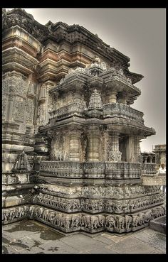 Side view of Chennakesava Temple, Belur, Karnataka, India Indian Temple Architecture, India Architecture, Religious Architecture, Ancient Architecture, Temple India, Hindu Temple, Weather In India, Backpacking India, India Culture