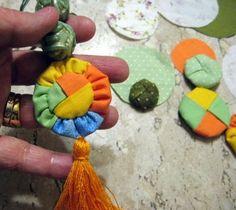 flor de fuxico trançado com 4 cores