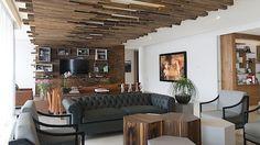 Dřevěné mřížoví se táhne přes délku obývacího pokoje.