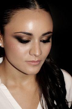 María, make up artist    http://www.makeupzone.net/bronzed/