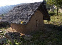 Una casa de barro para los duendes del bosque, construida por los niños.