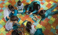 Crianças entre 6 e 10 anos aprendem a manusear um tablet com a professora no Colégio Caminho do Saber, em São Paulo, estado de São Paulo, Brasil.  Fotografia: Eduardo Knapp / Folhapress. http://www1.folha.uol.com.br/mercado/2015/11/1704915-semiarido-cearense-tem-escolas-publicas-com-nivel-de-paises-ricos.shtml