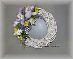 Věnec na dveře jarní, velikonoční, anemonky a narcisky - ratan, bílá patin
