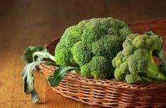 ¡Receta baja en calorías: ensalada de brócoli con maíz y zanahorias! Prueba nuestra receta fácil y saludable paso a paso. Ideal para cenas ligeras. Raw Broccoli, Mo S, Wicker Baskets, Home Remedies, Health Fitness, Stock Photos, Vegetables, Instagram, Funny