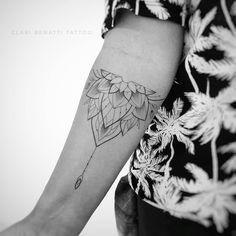 Tatuagem criada por Clari Benatti do Rio de Janeiro.  Mandala em fineline no braço. Tattoos Mandalas, Mandala Arm Tattoos, Lotus Mandala Tattoo, Henna Tattoo Designs Arm, Ring Tattoos, Body Art Tattoos, Tatoos, Simple Mandala, Under My Skin