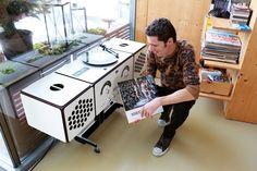 Harmonisches Zuhause | DIE TIROLERIN – die Mode- und Lifestyleillustrierte für Tirol Kitchen Appliances, Retro, Storage, Music, Creative, Home Decor, Fashion, Vinyl Records, Ad Home