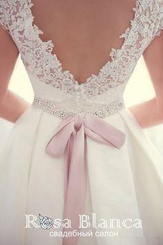 Пышное свадебное платье 13382, ткань - сатиновый атлас, отделка корсета - кружево. Пояс из атласа, вышитый бисером и кристаллами Swarovski. Есть карманы. Глубокий V-образный вырез на спине. Шлейф. По всей длине юбки пуговицы. Цвет Кремовый, Белый Детали Застежка: молния, пуговицы на спине, шлейф