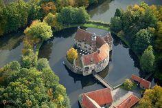 Замок Вишеринг (Vischering Castle) – #Германия #Северный_Рейн_Вестфалия (#DE_NW) Замок Вишеринг - оборонительный замок и памятник средневековой архитектуры. http://ru.esosedi.org/DE/NW/1000119430/zamok_vishering_vischering_castle_/