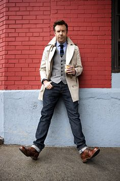 Jason Sudeikis tops off the tie and jeans with a tan trench coat.