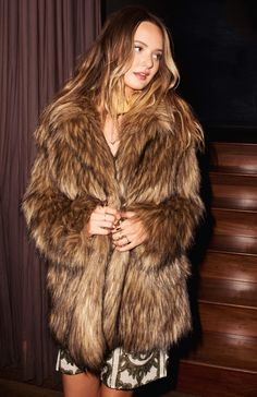 Mumu Disco Dolls ~ November 2016 Fox Fur Coat, Fur Coats, Amazing Outfits, Cool Outfits, Moonchild, Fur Fashion, Passion For Fashion, Feathers, Creatures