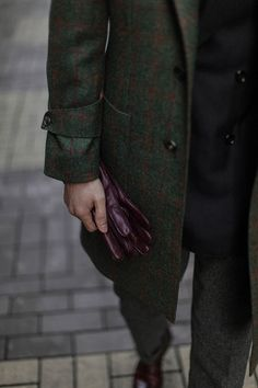 Tartan tweed, and oxblood leather gloves. Sharp Dressed Man, Well Dressed Men, Fashion Mode, Mens Fashion, Reebok, Tweed Overcoat, Outfit Invierno, Sport Outfit, Adidas