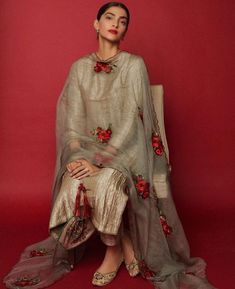 Sonam Kapoor goes all traditional as she seeks blessings for her upcoming film 'The Zoya Factor' at the Shani temple - HungryBoo Pakistani Fashion Party Wear, Pakistani Dress Design, Pakistani Dresses, Pakistani Frocks, Bollywood Fashion, Dress Indian Style, Indian Fashion Dresses, Indian Outfits, Indian Attire