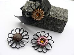 gummiblomster - smykker Tire Art, Perler, Old Tires, Bicycle Tires, Metal Jewelry, Jewelry Accessories, Boutique, Pendant, Leather