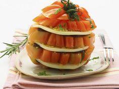 Tomatentürmchen mit geräuchertem Mozzarella (Scamorza) ist ein Rezept mit frischen Zutaten aus der Kategorie Fruchtgemüse. Probieren Sie dieses und weitere Rezepte von EAT SMARTER!
