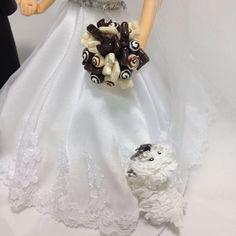 Alguém quer um pedaço deste buquê?? ☺️😍😛😋🍫❤️ #buquedechocolate #noivas #noivinhos #noivinhospersonalizados #biscuit  #casamento #topodebolo #topodebolocasamento #topodebolodiferente #noivinhoscaraarteembiscuit #noivinhoscachorrinho