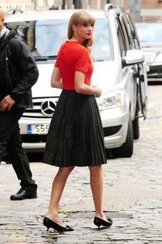 Taylor Swift kills it in this chic pleated skirt and kitten heels look