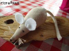 Schema per realizzare questo semplice topolino in stoffa imbottito di lavanda http://ricreanna.wordpress.com/2012/10/04/schema-topolino/