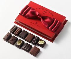 2014 - Henri Le Roux - Un petit écrin rouge flamboyant, plein de douceur et d'attention à partager.A l'intérieur, 11 bonbons de chocolat de qualité avec un mélange de noir et de lait dont les noms et certains ingrédients (blé noir, beurre salé, caramel, crêpe…) rendent hommage à la région d'origine du chocolatier : la Bretagne. Prix, 12,20 euros le coffret