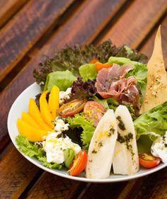 Receita de salada completa que vale uma refeição. São diversos ingredientes que formam uma receita deliciosamente leve e saudável. Confiram e façam em casa.