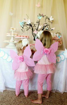Fairy Birthday Party, DIY fairy glitter, fairy rings, and fairy wings Fairy Birthday Party, Girl Birthday, Birthday Ideas, Fairy Costume Diy, Diy Costumes, Costume Ideas, Halloween Costumes, Diy Fairy Wings, Diy Wings