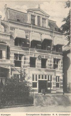 Sinds de oprichting van de universiteit in 1923 was Oranjesingel 42 het onderkomen van het Nijmeegs Studenten Corps Carolus Magnus, inclusief onderafdelingen – Sociëteit Roland, Meisjesclub, Faculteitsverenigingen – en talloze jaarclubs en disputen, zoals H.O.E.K., Tempeliers, Kavaliers, De Gong en Durendal. Tegenwoordig biedt het pand onderdak aan VillaLUX.