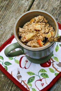 """Baked"" Oatmeal in a Mug. Apple Banana ""Baked"" Oatmeal in a Mug cup quick cooking oats 1 tbsp ground flax seed 1 egg cup milk of a banana, mashed tsp cinnamon of an apple, chopped 2 tsp honey Yummy Snacks, Healthy Snacks, Yummy Food, Healthy Recipes, Delicious Dishes, Dessert Healthy, Delicious Fruit, Vegetarian Recipes, Microwave Oatmeal"