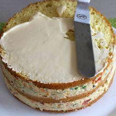 A moda agora é fazer bolo salgado para vender. Aprenda como fazer pão de ló salgado com um passo a passo simples. Receita de pão de ló salgado para bolo Savoury Dishes, Savoury Cake, My Recipes, Cake Recipes, Sandwich Cake, I Love Food, My Favorite Food, Vanilla Cake, Food And Drink