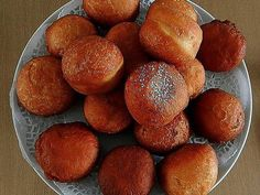 Magwinya is a favorite, tasty street food sold in Botswana and South Africa along with fried chips. Here is the recipe for these doughnuts. South African Dishes, South African Recipes, Africa Recipes, Fat Cakes Recipe, Kos, Doughnuts, Dessert Recipes, Desserts, Fruit Dessert