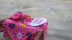 Was ist pink, glitzernd und kehrt jedes Jahr an Weihnachten zu Lush zurück? Richtig geraten, es ist die Snow Fairy. Vier festliche Varianten der kleinen Fee erwarten dich in diesem wiederverwendbaren Knot Wrap.💕  📹: Lush Spanien Lush, Snow Fairy, Wrap, Birthday, Pink, Spain, Fairy, Christmas Gifts, Xmas