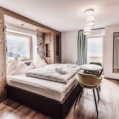 Der Goldene Berg: Gefühlvoll, genussvoll, reizvoll. Wohlfühlen steht bei uns im 4 ⭐️ S Hotel in Lech am Arlberg an allererster Stelle. Unsere bunten Zimmer im Boho Lifestyle sind fröhlich, hell und anders. ✨ Tretet ein – und nehmet den Raum ein. 〽️ #hotelgoldenerberg #gefühlvoll #boho Hotel Lech, Loft, Bed, Furniture, Home Decor, Double Room, Luxury, Decoration Home, Stream Bed