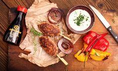 Grilované čevabčiči je oblíbený pokrm z Balkánu. Dobře dochucené mleté maso se upraví do podoby malých válečků, které chutnají všem. Hummus, Camembert Cheese, Fresh, Ethnic Recipes, Food, Red Peppers, Essen, Meals, Yemek