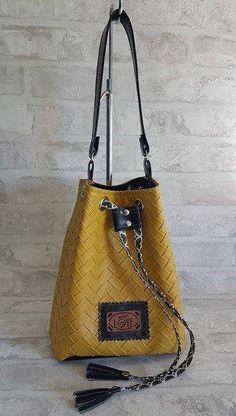 Sac seau / bourse / porté main en simili cuir tressé moutarde et tissu graphique noir de la boutique ChouetteCoutureSacs sur Etsy Handmade Bags, Bucket Bag, Creations, Diy Bags, Shoulder Bag, Boutique, Leather Bags, Pouches, Etsy
