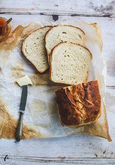 3 Tage braucht dieses Toastbrot, bevor ihr es in dicke Scheiben schneiden, toasten und mit Butter bestreichen könnt. Ist dafür aber easy peasy gemacht und einfach irre gut! Sandwiches, Cupcakes, Butter, Vegan, Easy, Bread, Sweet, Food, Sandwich Loaf