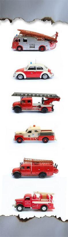 Alarm!! Deze oude brandweerauto's zoeken een hippe kinderkamer... Deze muursticker is mega groot: 75 x 260 cm. en is makkelijk in te korten. Ook het plakken gaat zeer makkelijk omdat het zelfklevend textiel is. Niet zomaar een sticker dus, maar weer een uniek ontwerp van Kleefenzo.nl En voor de kwaliteit gaan we door het vuur...