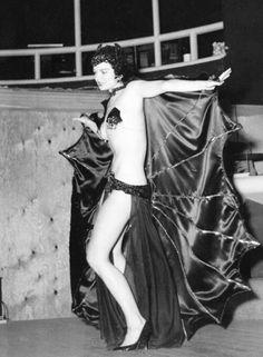 San San performs vampire dance, by Bunny Yeager Vintage Burlesque, Burlesque Show, Burlesque Costumes, Veronica Lake, Batgirl, Batwoman, Nylons, Dance Routines, Calendar Girls
