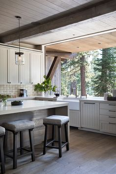 The Calm of Nature at Every Turn – Mountain Living This family's dreamy Martis Camp home balances foot traffic and all-season durability with indoor-outdoor tranquility. Home Interior, Interior Design Kitchen, Indoor Outdoor Kitchen, Outdoor Kitchen Countertops, Kitchen Island, Mountain Living, Mountain Homes, Home Decor Kitchen, Family Kitchen